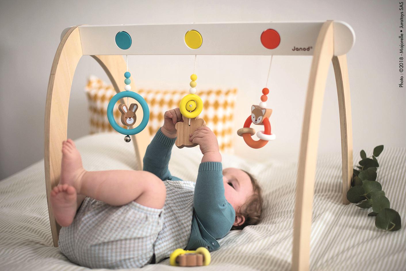 6a897501b ... mu môžete spríjemniť drobnými hrkálkami, motorickými a rytmickými  hudobnými hračkami alebo hrazdou, na ktorej môže skúmať jednotlivé predmety.
